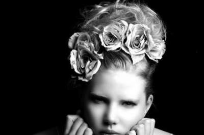 ¿Te han invitado a una boda y no sabes si llevar un complemento para el pelo?
