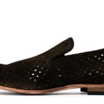 Para os noivos que não fazem a menor ideia do estilo de calçado que pretendem para usar no dia do seu casamento, à excepção da cor: preto. Uma selecção do que de melhor se fez em Portugal para a estação Primavera/Verão 2012.