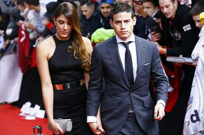 Real Madrid's James Rodriguez of Colombia (R) arrives with wife Daniela Ospina for the FIFA Ballon d'Or 2014 soccer awards ceremony at the Kongresshaus in Zurich January 12, 2015. REUTERS/Ruben Sprich (SWITZERLAND  - Tags: SPORT SOCCER)  CODE: X00265  Famosos asistiendo a la Ceremonia del Balon de Oro en Zurich 50/cordon press
