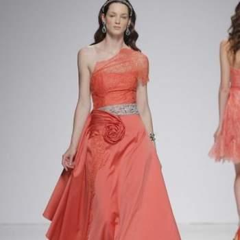 Вечернее платье ассимитричной формы, с широким поясом на талии, цвет - кораловый.