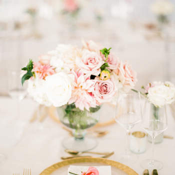 Mesa decorada em tons rosas pastele dourado. Credits: Lindsay Madden