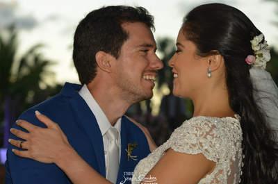 O casamento na praia de Viviane e Rafael: clássico e romântico, em tons de branco, rosa e verde!