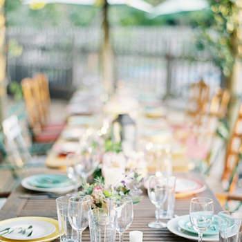 Mesa con vajilla de colores. Credits: Jen Huang Photography