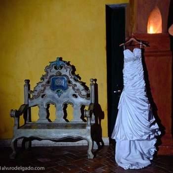 Es un traje espectacular, ideal para la mujer delgada, ya que el recogido que acompaña a todo el vestido aporta volumen, talle ajustado. El vestido luce un precioso cinturón en pedrería que ajusta a la cintura para resaltarla.
