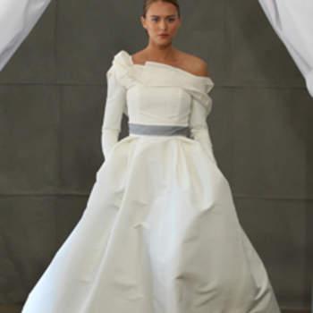Toute en volume, cette robe de mariée à bretelle asymétrique et ceinture grise a beaucoup d'allure. Carolina Herrera 2013