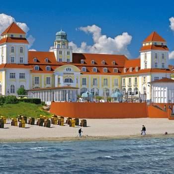 """<a href=""""https://www.zankyou.de/f/travel-charme-gothisches-haus-wernigerode-11129""""></a> Hochzeit ― schönster Rahmen, schönster Tag Das Ja-Wort hoch über der Ostsee ― auch das geht im Travel Charme Kurhaus Binz. Das Hotel ist seit dem Jahr 2003 eine offizielle Außenstelle des Standesamtes im Ostseebad Binz und verfügt nicht nur über ein eigenes Trauzimmer und eine Dachterrasse, auf der Trauungen unter freiem Himmel mit direktem Ostseeblick möglich sind, sondern mit dem opulent rekonstruierten Kurhaus-Saal ebenso über eine unvergleichliche Event-Location."""