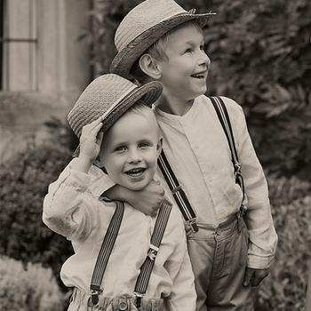 Los niños llevaron cinturones y sombreros.