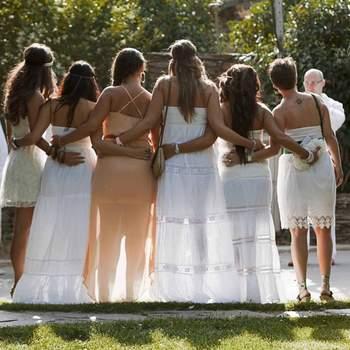 La sposa con le sue damigelle dal look total white