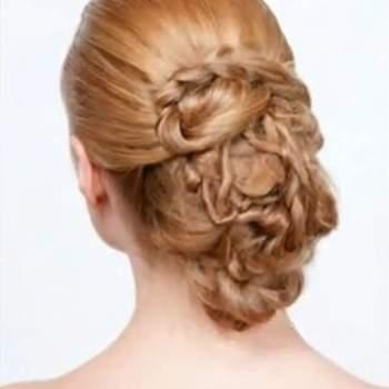 Coiffure avec des tresses de différentes tailles formant un chignon style souple. Photo : youtube.com
