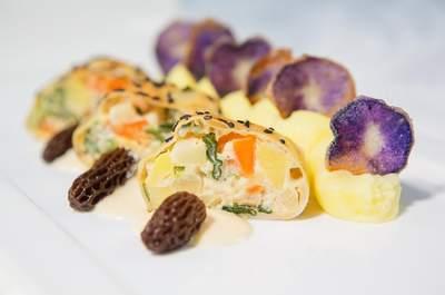Veganer Strudel mit Morchelrahm und lila Kartoffelchips, Foto: Kaiserschote