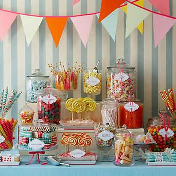 Tentadora mesa con caramelos de diferentes variedades, es tentador para todo mundo.