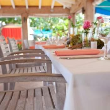 Detalle de la mesa y las sillas del banquete.