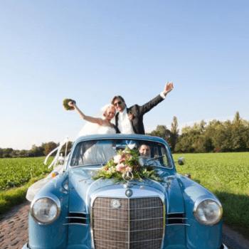 Ein sonniger Tag, ein schöner Wagen und ein glückliches Brautpaar - so macht Arbeit Freude.