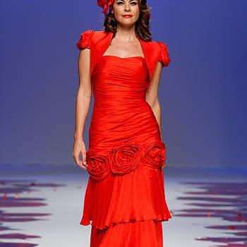 Robe de soirée rouge avec son boléro. Volants dans le bas de la robe. Barcelona Bridal Week/ Cibeles Madrid Novias