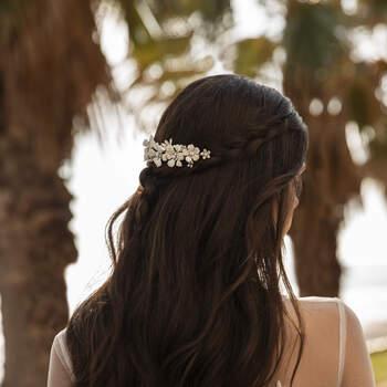 Vestido de noiva estilizado com renda e tule, com mangas sino compridas, saia evasé com abertura e uma cauda estilo capela. | Modelo Tyson da Pronovias 2021 Cruise Collection