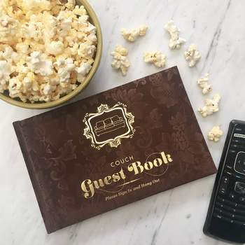 Libro de invitados de piel con grabado dorado. Credits: Amazon