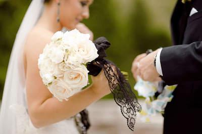 Najpiękniejsze bukiety ślubne - idealne do sukni z czarnymi dodatkami