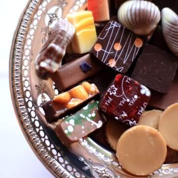 La popular mesa de postres se ha convertido en una parada obligatoria del banquete de boda. Sobre todo para aquellas bodas que la barra libre también es para los dulces. ¿Podrán sustituir tu pastel de boda?