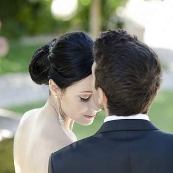 «Gostamos desta foto pela serenidade e amor que transmite. A noiva de olhos fechados muito bem maquilhados é beijada na testa pelo noivo. É um beijo muito sereno e dado com muito amor.»  www.loungefoto.com