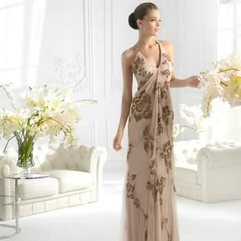 Abito color cipria con profonda scollatura a V e motivi floreali dorati su tutta la lunghezza