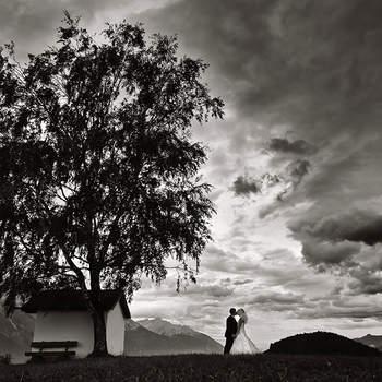 """Der Tiroler Fotograf Tommy Seiter ist bekannt für seine kreativen Ideen und unkonventionellen, humorvollen Bildumsetzungen. Natürlich gehören auch einfühlsame Hochzeitsreportagen und romantische Portraits zu seinem Repertoire. Oberstes Ziel ist für Tommy Seiter Natürlichkeit und Authentizität, dies gelingt seiner Meinung nach nur mit Einfühlungsvermögen und Intuition – Technik ist Nebensache. Deshalb arbeitet der Fotograf auch nur mit natürlichem Licht, alles andere würde ihn vom Wesentlichen, den Emotionen, ablenken. Ausschlaggebend ist für ihn, sich so in die Hochzeitsgesellschaft zu integrieren, dass er nicht auffällt und doch in jedem wichtigen Moment präsent ist und das bestätigen ihm seine Kunden immer wieder mit Freude.  """"Für mich ist es wichtig, dass sich die Paare wohl fühlen und letztlich sie selbst sein können. Zum Glück habe ich die Gabe trotz der oftmals hektischen Situationen, eine entspannte Atmosphäre zu schaffen – und das spiegelt sich dann in den Ergebnissen wider. Ich bin immer wieder überrascht, wie individuell jede Serie ausfällt, weil eben jeder Mensch verschieden ist und eigentlich die Modelle das Foto machen, ich bin nur ihr Spiegel."""" Der Erfolg gibt ihm recht: 2015 sind schon nahezu alle Termine gebucht."""