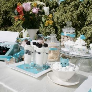 La machine à écrire donne une touche vintage à cette décoration turquoise et blanche. Source : Joy-eventos.com