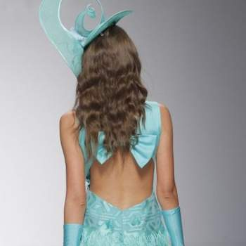 .Короткое вечернее платье с открытой спиной.