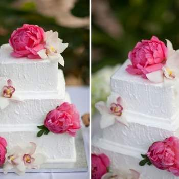 Tarta nupcial decorada con peonias rosas como las del ramo de la novia.