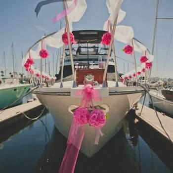 Este barco es una clara manifestación de matrimonio, con una decoración floral muy llamativa  . Foto: Paul Stacy