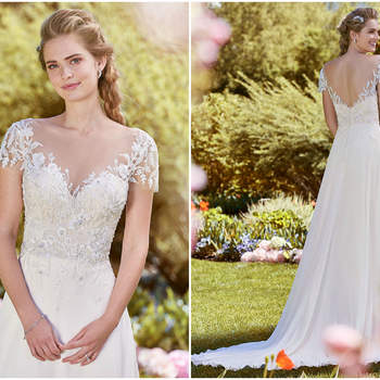Delikate Details aus Swarovski Kristallen zieren das Oberteil dieses geraden Kleides mit hübscher Schleppe.