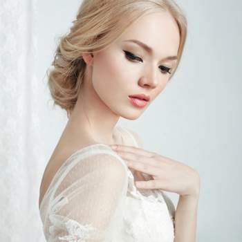 Foto: Beautiful bride and beautiful wedding dress via Shutterstock