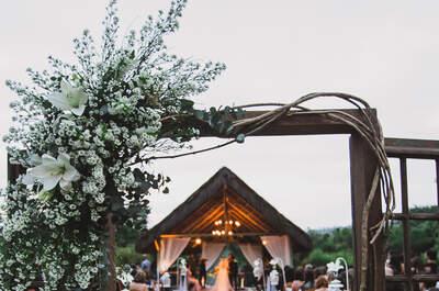 Casamento ao ar livre de Kamila & Fábio: decoração campestre e amor de sobra!