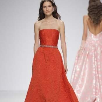 Вечернее платье красного цвета с приталенной юбкой, без рукавов.
