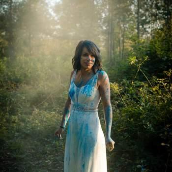 Avec Grain de Folie Photographie, ressortez votre robe de mariée pour une séance photo fun et décalée
