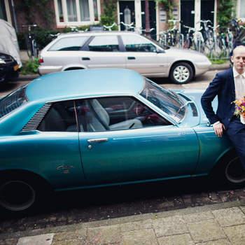 Vuelve a los años 60 con este modelo azul que además te servirá para poner un toque de color a tu enlace. Foto: 2Rings Trouwfotografie y Feestudio