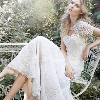 """Vestido de renda com um corte belíssimo e apliques em cristais Swarovski. Fechamento com botões e zíper.   <a href=""""http://www.maggiesottero.com/dress.aspx?style=5HS159"""" target=""""_blank"""">Maggie Sottero Spring 2015</a>"""