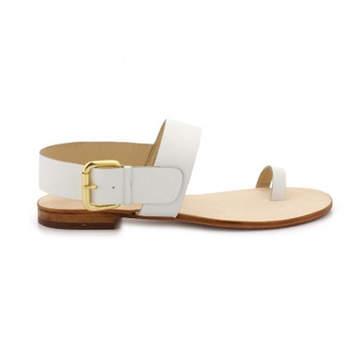 Weiße Sandalen für eine Sommerhochzeit