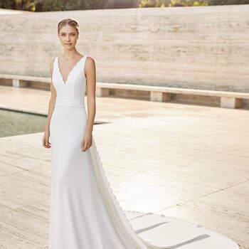 O modelo Elery é um vestido em crepe, leve e simples, mas sofisticado. Com silhueta em linha A e um decote em V, que ajuda a alongar o busto, exibe sugestivas costas aberta. Perfeito para uma cerimónia religiosa ou um casamento boho-chic no verão. | Rosa Clará Couture 2021