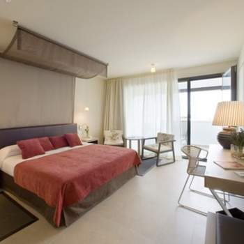 """La perfecta mezcla entre lo moderno y lo antiguo y entre lo acogedor y lo minimalista, como en esta habitación del Parador de Mojacar, es difícil de conseguir, pero también es uno de los detalles que marcan la diferencia a la hora de escoger una habitación para tu noche de bodas. Foto: <a href=""""http://zankyou.9nl.de/wdbk"""" target=""""_blank"""">Paradores</a><img src=""""http://ad.doubleclick.net/ad/N4022.1765593.ZANKYOU.COM/B7764770.4;sz=1x1"""" alt="""""""" width=""""1"""" border=""""0"""" /><img height='0' width='0' alt='' src='http://9nl.de/xyl3' />"""