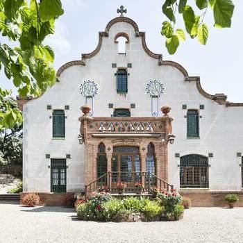 Foto: Masia Can Borrell | Una maravillosa finca modernista rodeada de 180 hectáreas de terreno que fue restaurada en 1912 por el arquitecto Batllevell, discípulo de Gaudí. Una finca soleada con increíbles vistas. Un espacio idílico para bodas en Barcelona.