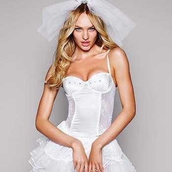 Corsé de raso blanco que incluye la falda, el velo y la tiara para una noche de bodas muy sexy, de la colección Victoria´s Secret 2012
