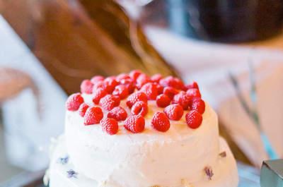 Tarta de boda de merengue y frambuesas. Foto: PH: Jeff Sampson
