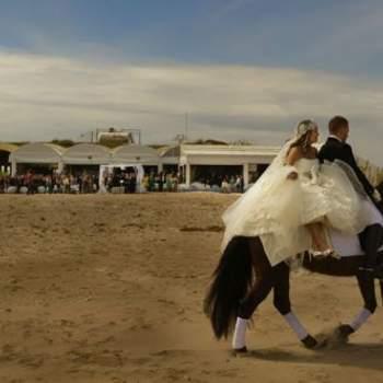 """La sesión de fotos de la boda no tiene por qué renunciar a la originalidad. Foto: <a href=""""https://www.zankyou.es/f/jm-photoemotion-11527"""" target=""""_blank"""">JM Photoemotion</a>"""
