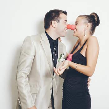 En el photocall también hay espacio para los besos, aunque sean de payaso. Foto: Fotocinedeboda