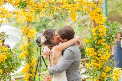 Casamento na praia de Camila & Beto em Búzios: rústico e super colorido!