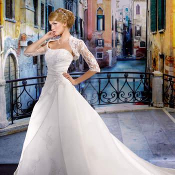 Abito senza spalline con corpetto decorato di cristalli e tessuto che intreccia in vita fermato da una fibbia gioiello e gonna ampia decorata