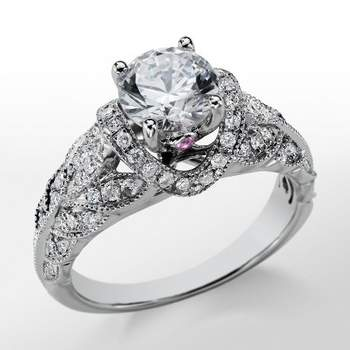 Opulento anillo de compromiso de diamantes con montura de inspiración vintage. Foto: Blue Nile
