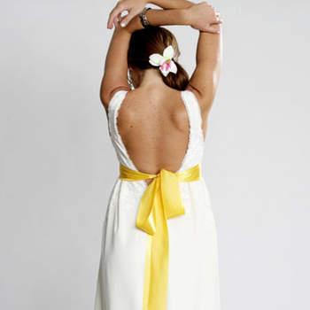 Un abito semplice reso unico da un nastro giallo in vita
