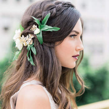 Cabelo de noiva solto com tranças e flores | Credits: Whiskers and Willow Photography