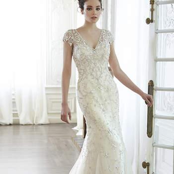 """O auge do romance é visto neste vestido de tule e cristais Swarovski em forma de cascata. Fechamento com botões de pérola sobre fecho elástico interior.   <a href=""""http://www.maggiesottero.com/dress.aspx?style=5MT129"""" target=""""_blank"""">Maggie Sottero Spring 2015</a>"""